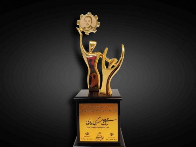 La médaille nationale d'or de la marque axée sur la satisfaction des clients a été attribuée à Pejman Ziyaïyan, directeur de l'Institut.